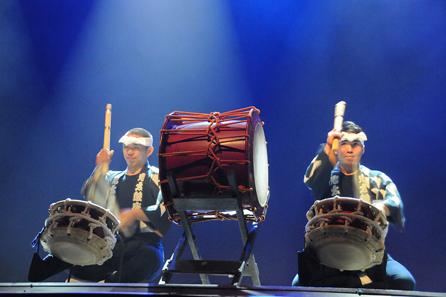 2 taiko drummers on stage